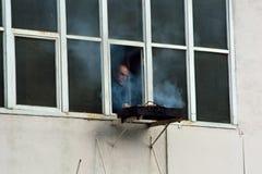 Man barbequing från fönster i Baku, huvudstad av Azerbajdzjan Royaltyfria Bilder