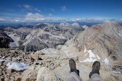 Man Benen die in Alpen ontspannen Royalty-vrije Stock Afbeelding