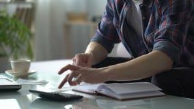 Man beräkning av kostnader för hjälpmedel som planerar familjbudgeten, krediteringsbetalning stock video
