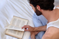 Man book relaxing bed Royalty Free Stock Photos