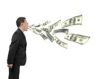 Man& x27 ; bouche de s pulvérisant des billets d'un dollar Photo libre de droits