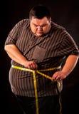 Man bukfett med måttband viktförlust runt om kropp Royaltyfri Fotografi