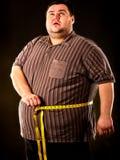 Man bukfett med måttband viktförlust runt om kropp Royaltyfri Bild