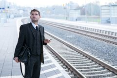 Man on business trip using his smartphone Royalty Free Stock Photography