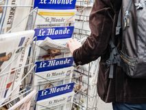 Man buyin Le monde press newspaper kiosk paris Stock Photography
