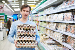 Man buys eggs in store Royalty Free Stock Photography