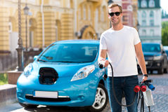 Man with cables in front of car Royalty Free Stock Photos