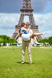 Man carrying his girlfriend in his arms Royalty Free Stock Photography