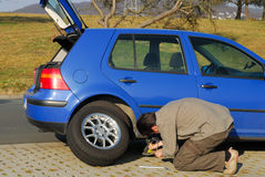 Man changing a tire Royalty Free Stock Photography