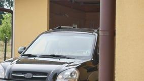 Man chauffören i bilen tummad fjärrkontroll för att öppna garagedörren lager videofilmer