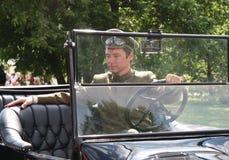 Man chauffören i en lyxig retro konvertibel bil Royaltyfri Bild