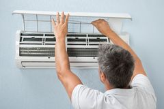 Man cleaning air conditioning system Royalty Free Stock Photos