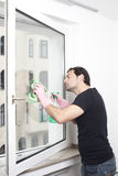 Man cleaning a window Royalty Free Stock Photos