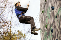 Man climbing up a wall in an exercise Royalty Free Stock Images