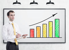 Man with clipboard and gowing graph Royalty Free Stock Photography