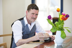 Man with a coffee and a notepad Royalty Free Stock Photos