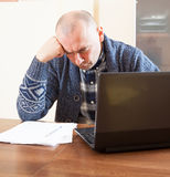 Man   at  computer in  home Royalty Free Stock Images