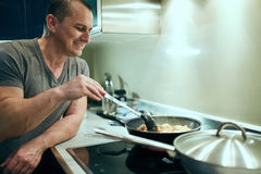Man cooking at home alone Royalty Free Stock Photos