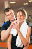 Man courting a woman during a workout Royalty Free Stock Photos