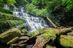 Man dang waterfall Royalty Free Stock Photography