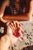 Man de hand van de holdingsvrouw ` s met verlovingsring op de vinger Royalty-vrije Stock Afbeeldingen