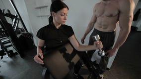 Man de trainer leidt een vrouw op stock video