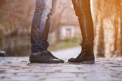 Man de voeten van het vrouwenpaar Stock Foto's