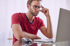 Man deep in concentration infront of computer Royalty Free Stock Photos