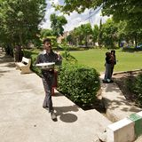 Man delivering tea and soft drinks to his customers in park. Sulaimani, Iraqi Kurdistan, Iraq, Middle East Stock Image