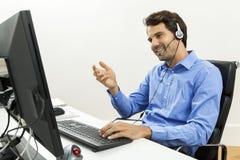 Man den bärande hörlurar med mikrofon som ger online-pratstund och, stötta royaltyfria foton