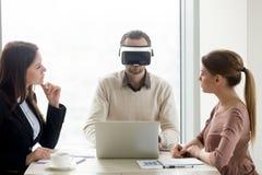Man den bärande VR-hörlurar med mikrofon, framkallande virtuell verklighetexponeringsglas för lag Arkivfoto