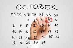 Man den djura dagen för ringningvärlden i rött på en kalender Royaltyfri Foto