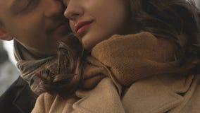 Man den förälskade omfamna kvinnan bakifrån, lyckliga par som uttrycker affektion arkivfilmer