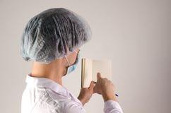 Man den hållande brevpapper för doktorn och visa blancksidan med fingret på neutral bakgrund MEDICINSKT begrepp Fotografering för Bildbyråer