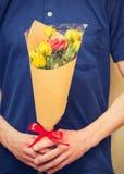 Man den hållande buketten av gula och orange rosor Kvinnors dag, Va Royaltyfri Fotografi