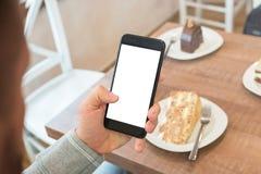 Man den hållande smartphonen med den isolerade tomma skärmen för app-presentation arkivfoton