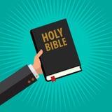 Man den heliga bibeln för hållen i hans hand, livfundamentbibel i den isolerade gröna bakgrunden Royaltyfri Bild