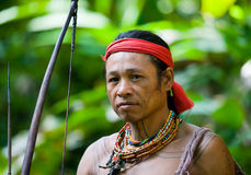 Man den jägareMentawai stammen med en pilbåge och en pil i djungeln Arkivfoton