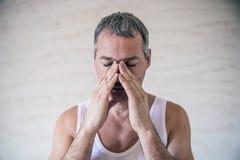 Man den känsliga starka huvudvärken, den frustrerade mogna mannen som masserar hans näsa och håller ögon stängda Spänning huvudvä Royaltyfria Bilder