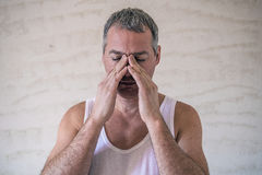 Man den känsliga starka huvudvärken, frustrerad mogen man Arkivfoto