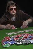 man den leka poker Fotografering för Bildbyråer
