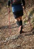 Man den nordiska gå sporten för övningar på bergslingan Arkivfoto