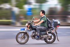 Man den ona-kinesWonjan motorcykeln, Shanghai, Kina Royaltyfria Foton