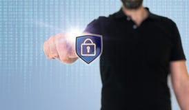 Man den rörande symbolen för datasäkerhet eller för dataavskildhet på den genomskinliga skärmen med binär kod fotografering för bildbyråer