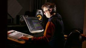 Man den solida formgivaren i hans inspelningstudio - spårningskott lager videofilmer