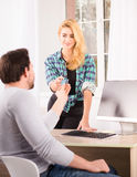 Man die creditcard geven aan vrouw Stock Afbeeldingen