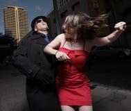 Man die de vrouw aanvalt Stock Foto's