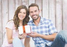 Man die een gift geven aan vrouw Royalty-vrije Stock Foto