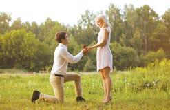 Man die een ringsvrouw, liefde, paar, datum, huwelijk geven - concept Royalty-vrije Stock Foto's