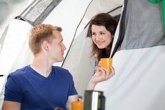 Man die een thee geven aan een vrouw in tent Stock Fotografie